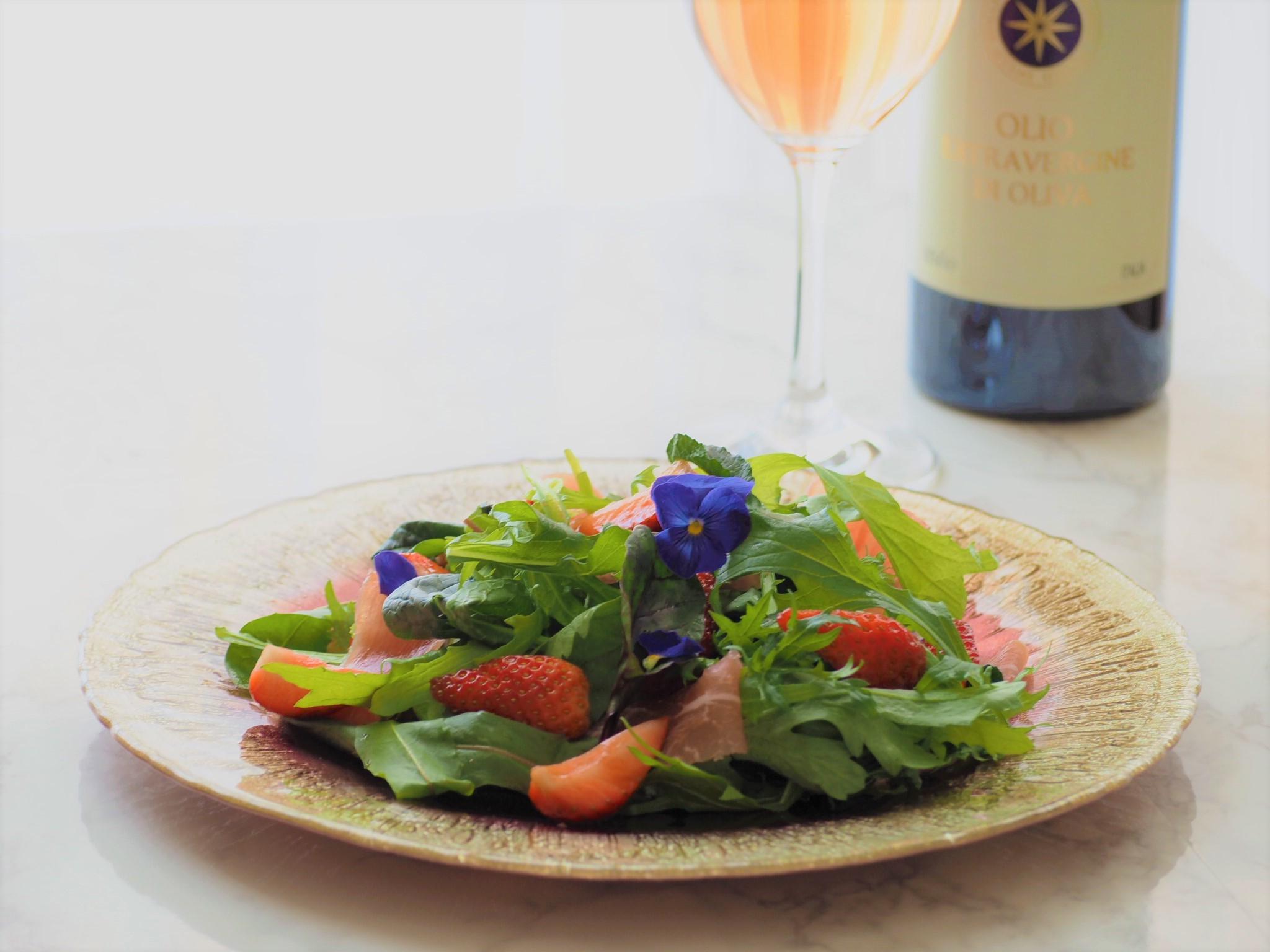 いちごと生ハムの春色サラダ
